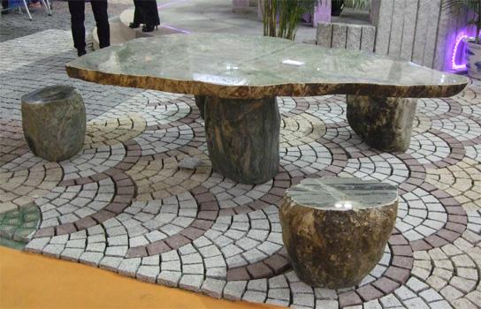 Mesas y bancos de piedra natural para el jard n litosonline for Jardines en piedra natural